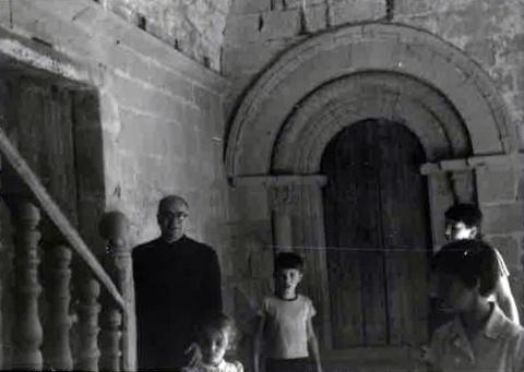 Ensenyant a un amic de la família el monestir