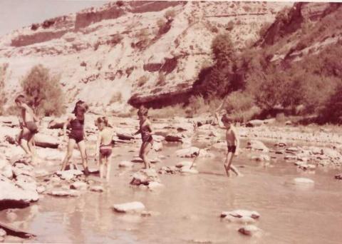 La Roser, el Xavier, l'Eugènia, en Natxo i jo al riu.