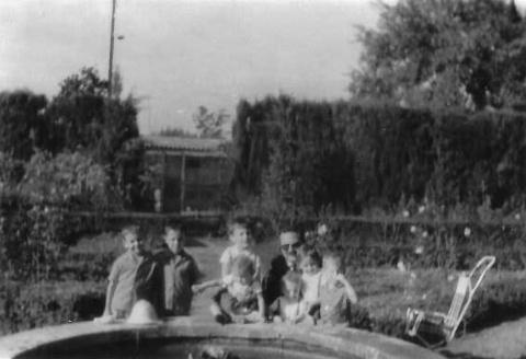 Amb la mare i el pare a un petit estany.