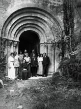 Ramon i Elisa Casas, amb la família, a la porta de l'església